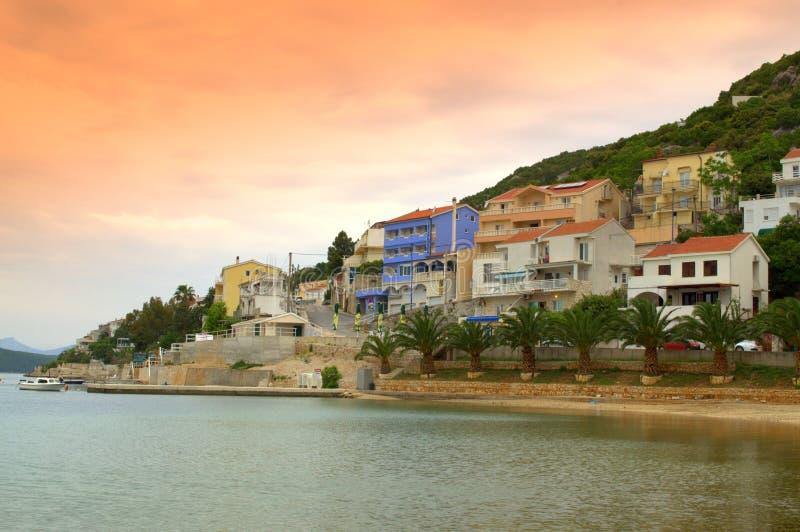 Trevlig liten stad på den Adriatiska havet kusten royaltyfri bild