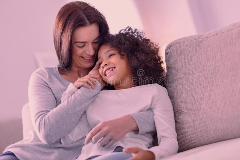 Trevlig lycklig moder och dotter som tillsammans tycker om tid arkivbild