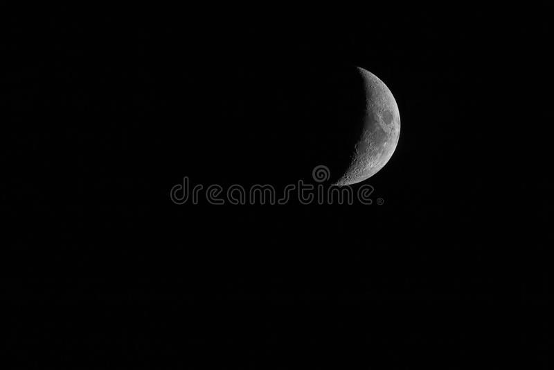 Trevlig mystisk halvmåne på mörk bakgrund för natthimmel royaltyfri fotografi
