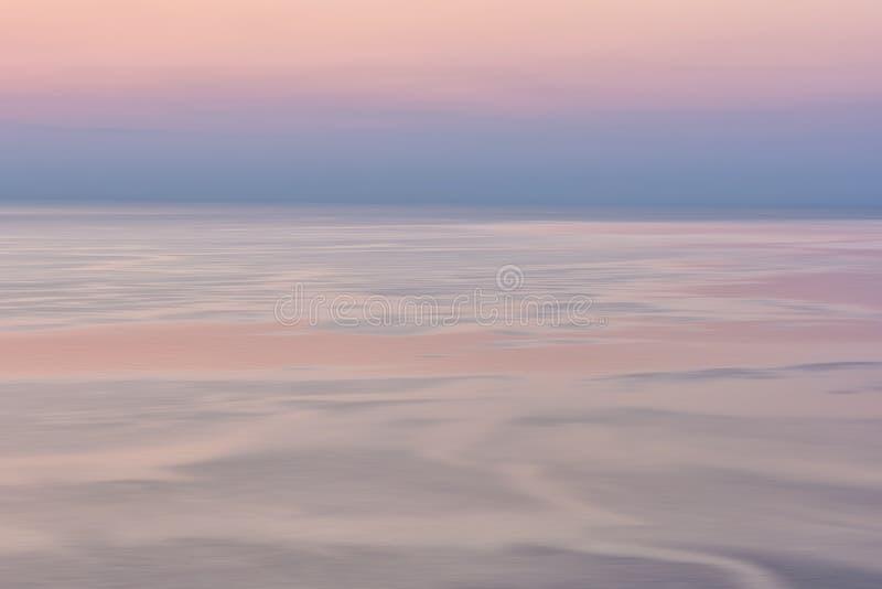 Trevlig rosa solnedgångseascape i pastellfärgade skuggor, fred och lugna utomhus- loppbakgrund, rörelsesuddighet royaltyfria bilder