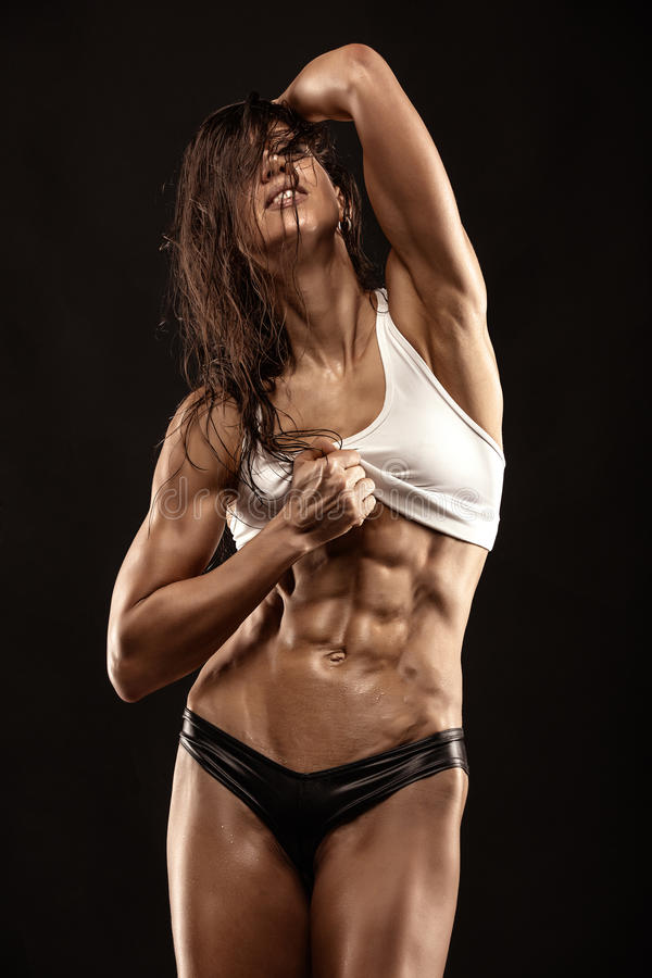Trevlig sexig konditionkvinna som visar buk- muskler royaltyfri foto