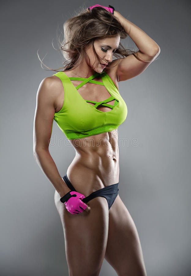 Trevlig sexig konditionkvinna som visar buk- muskler arkivfoto