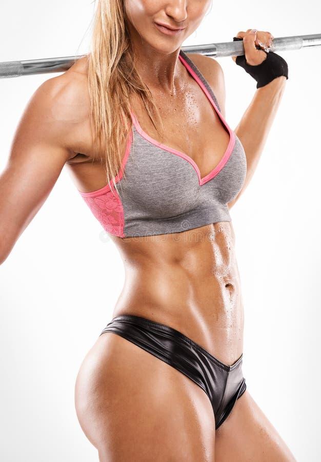 Trevlig sexig kvinna som visar buk- muskler, closeup, genomkörare med arkivfoto