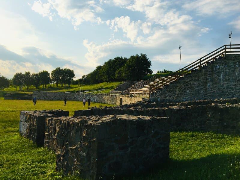 Trevlig sikt av amfiteatern av Porolissum den roman castrumen från Transylvania, Rumänien royaltyfri bild