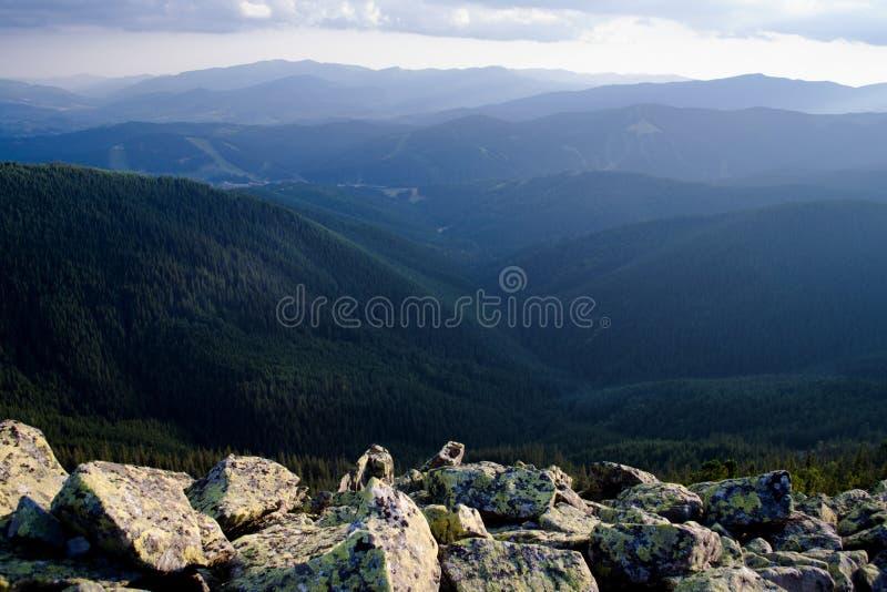Trevlig sikt av bergen lopp Turism ukraine carpathians arkivfoton