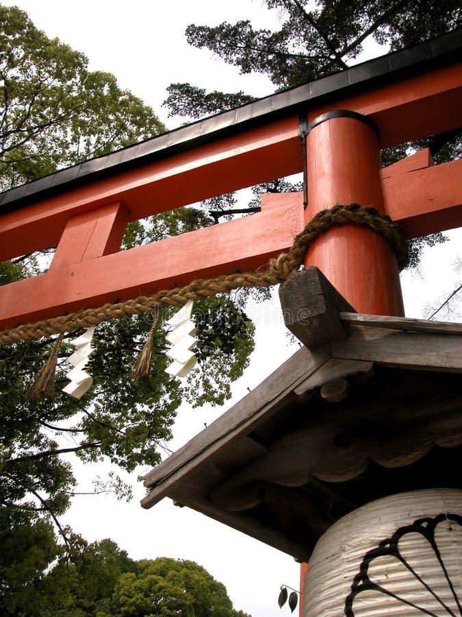 Trevlig sikt av en röd toriiport i Japan arkivfoto