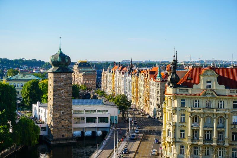 Trevlig sikt av Prague med byggnader och vägtrafik, Tjeckien royaltyfri foto