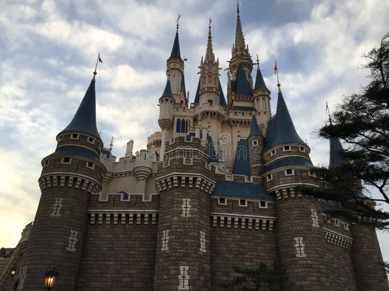 Trevlig sikt för Cinderella slott på Tokyo Disneyland arkivfoto