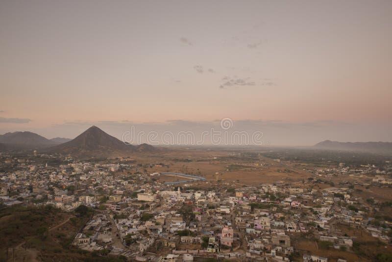 Trevlig sikt från överkant av den Savitri kullen royaltyfria foton