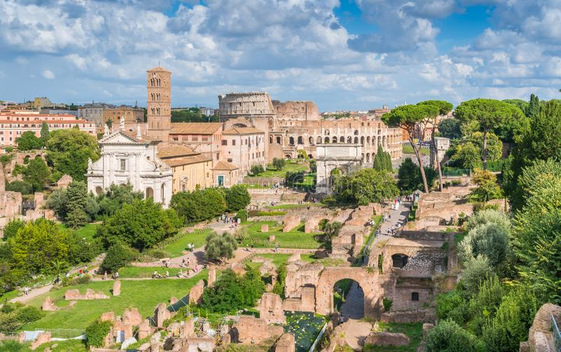 Trevlig sikt i Roman Forum, med basilikan av Santa Francesca Romana, Colosseum och Titus Arch italy rome royaltyfri fotografi