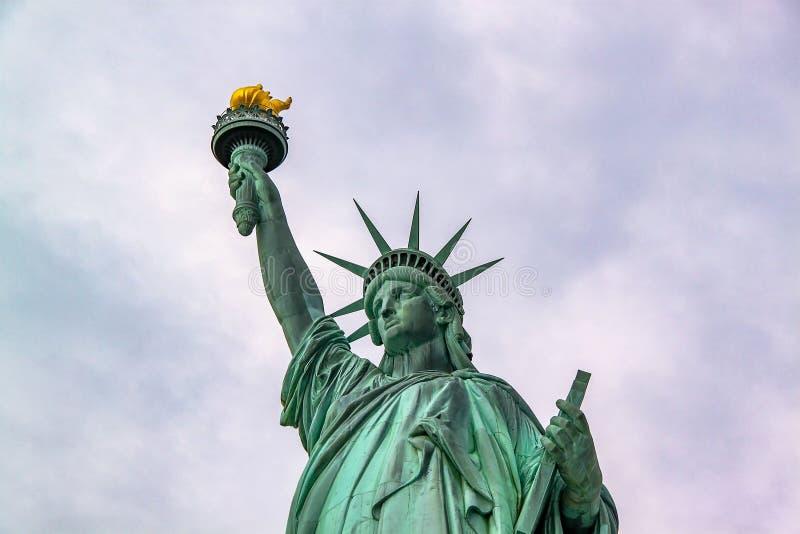 Trevlig sikt p? den isolerade statyn av Liberty New York H?rliga bakgrunder arkivbilder