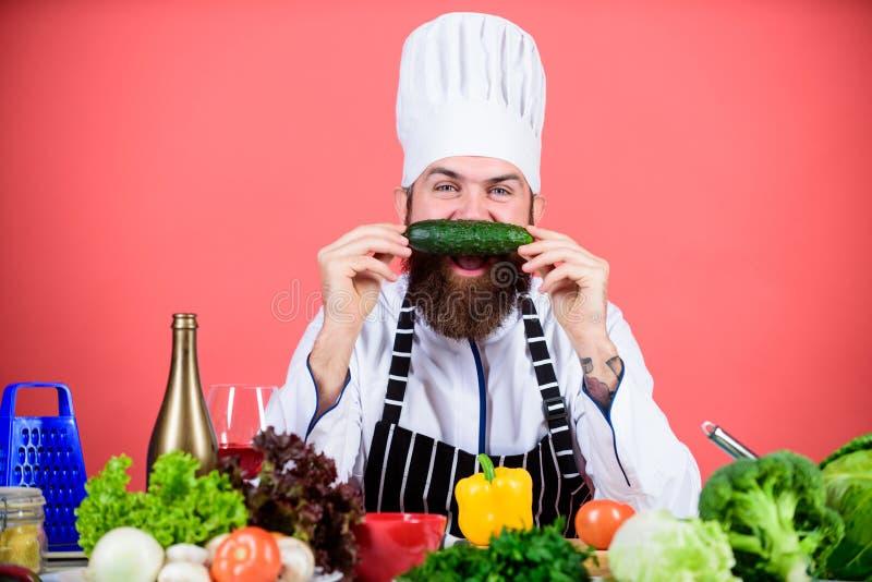trevlig smak vegetarian Mogen kock med sk?gget Upps?kt mankock i k?k som ?r kulinariskt Banta och organisk mat, vitamin royaltyfri fotografi