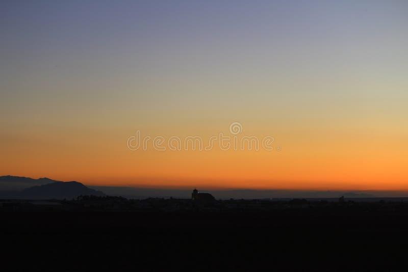 Trevlig solnedgång i en liten stad fotografering för bildbyråer