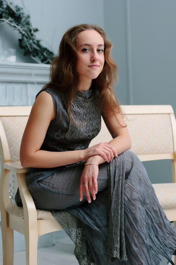 Trevlig stående av den unga damen på soffan arkivbilder