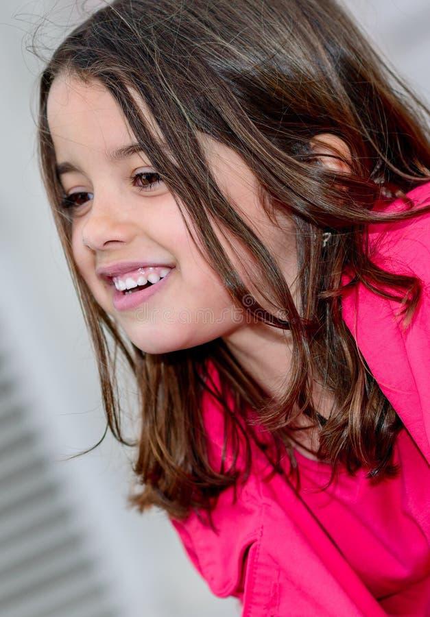 Trevlig stående av en lycklig nätt liten flicka royaltyfri foto