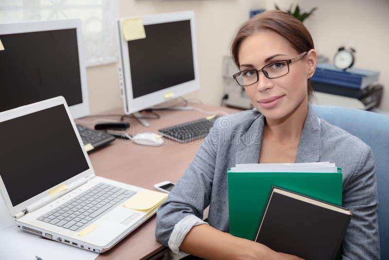 Trevlig stående för kontorsarbetare arkivfoton