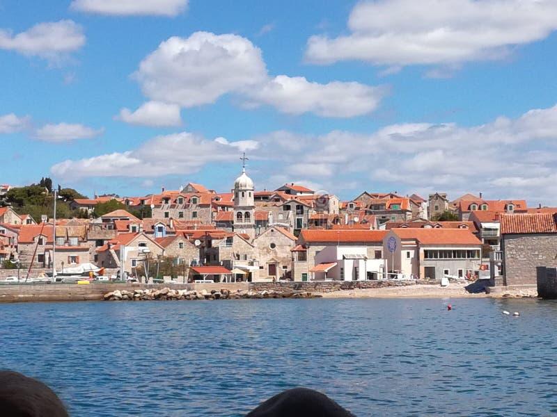 Trevlig stad från ett skepp i Kroatien på Adriatiskt havet royaltyfri foto