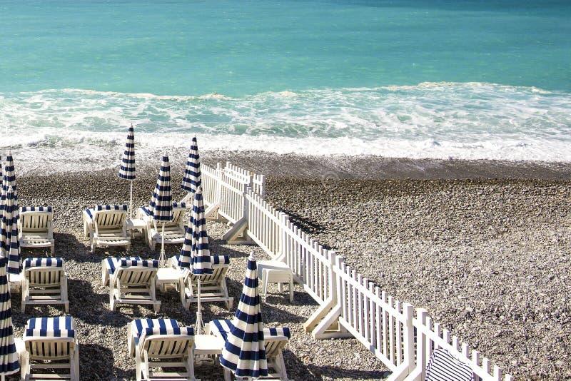 trevlig strand Nice Frankrike, ` Azur för skjul D Medelhav strand i Frankrike Sikt av solslags solskydd på stranden i Nice, ` för royaltyfri foto