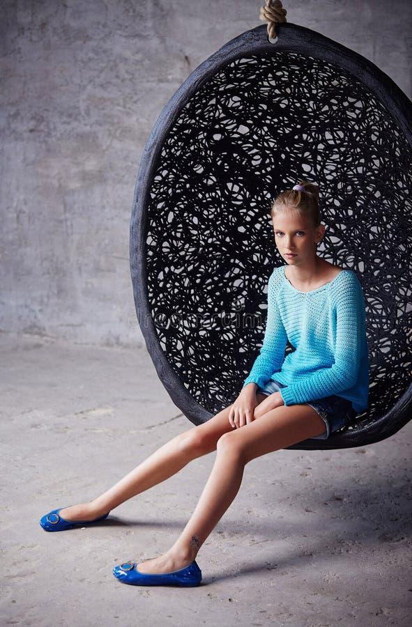 Trevlig ung kvinna i azur tröja royaltyfri fotografi