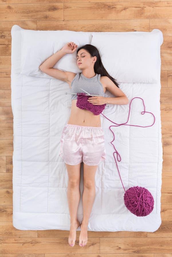 Trevlig ung kvinna som sover i säng royaltyfri foto