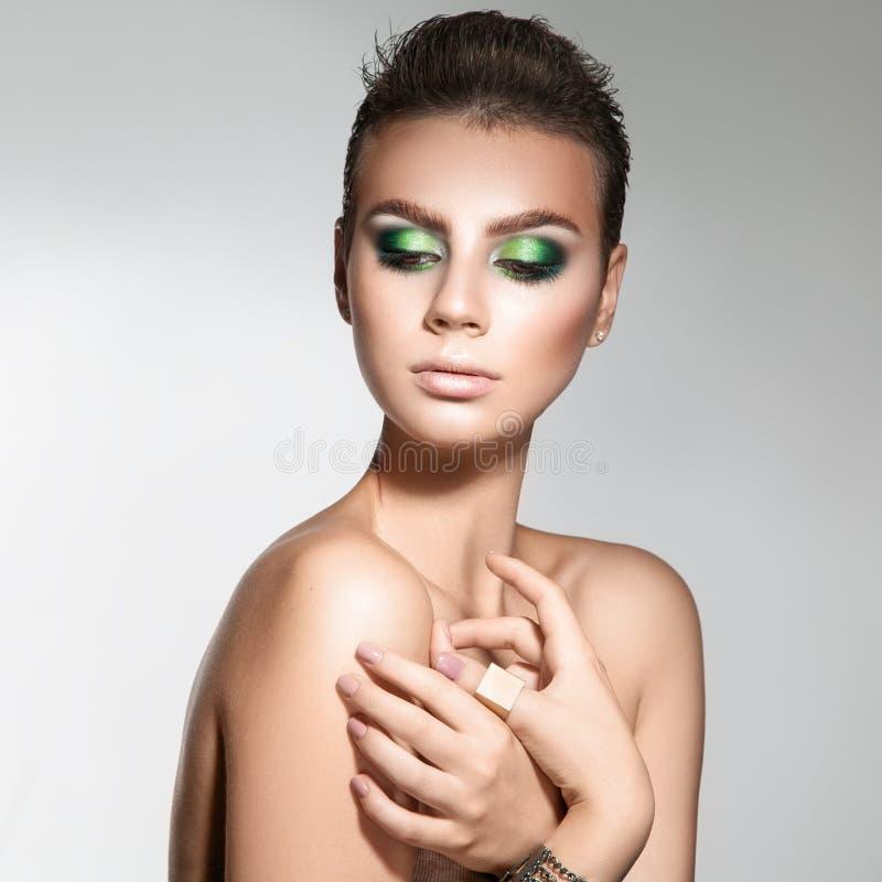 Trevlig ung vuxen kvinna med sund hud- och professionellmakeup royaltyfri fotografi