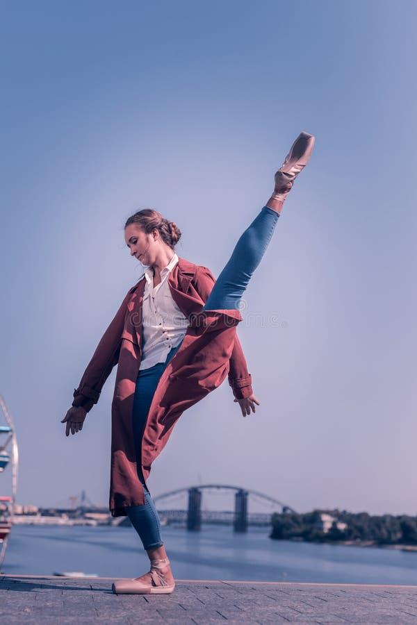 Trevlig yrkesmässig ballerina som har en kapacitet nära floden fotografering för bildbyråer