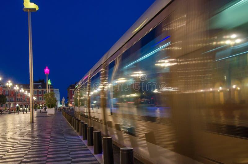 Trevliga Frankrike, spårvagnstrimmor förbi i aftonljus royaltyfria bilder