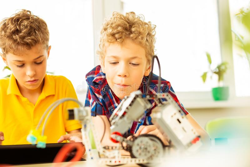 Trevliga intelligenta pojkar som har en vetenskapsgrupp arkivfoto