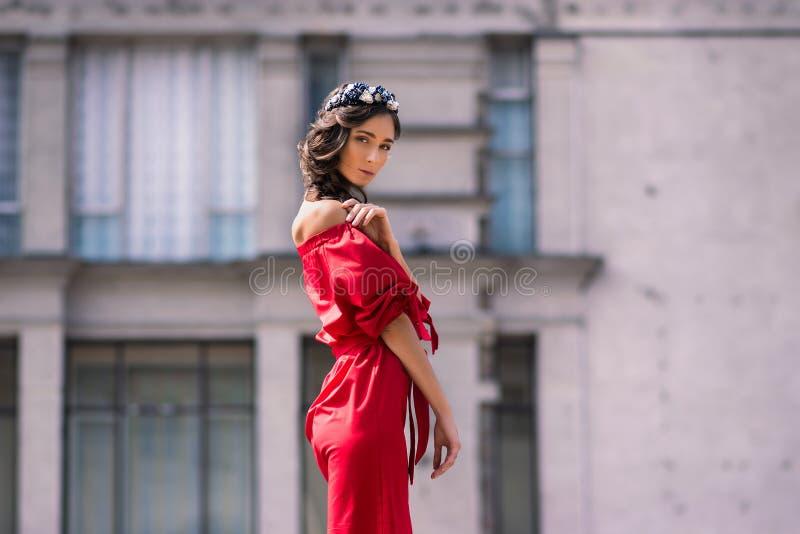 Trevliga kvinnor som fördjupas i drömmar om framtid royaltyfri fotografi
