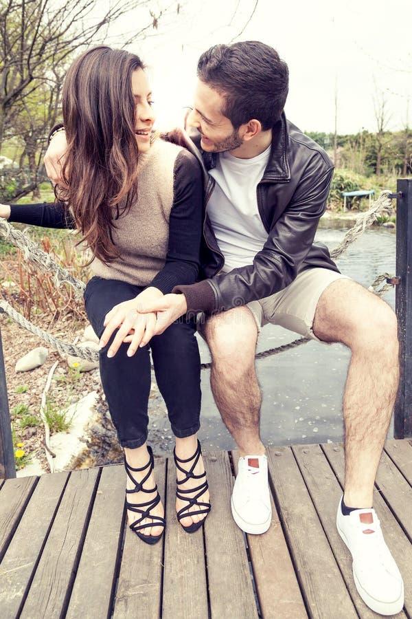 Trevliga par av pojkvänomfamningar och kyssar fotografering för bildbyråer