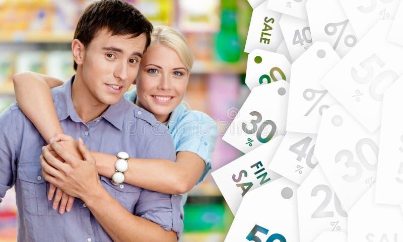 Trevliga par i shoppa arkivbilder