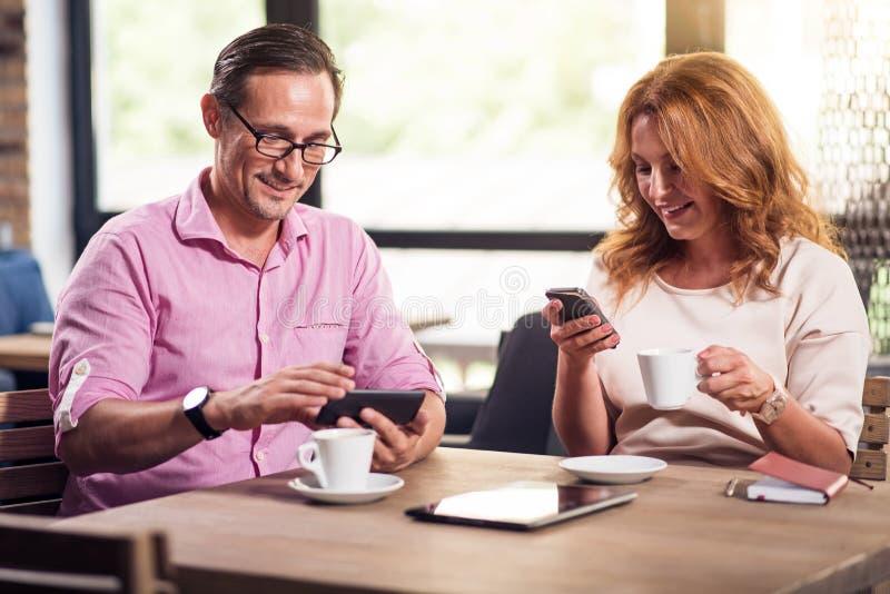 Trevliga par som är i ett kafé royaltyfria foton