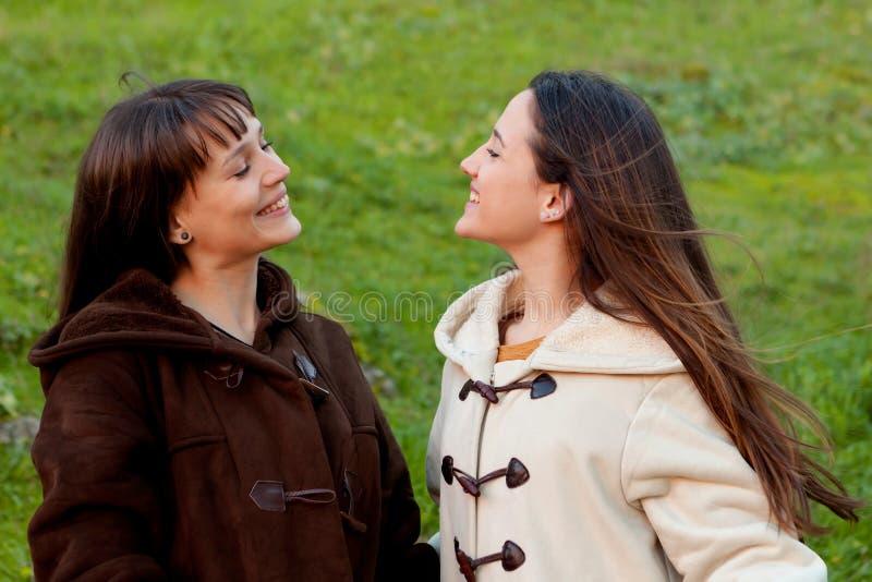 Trevliga systrar i en parkera royaltyfria bilder