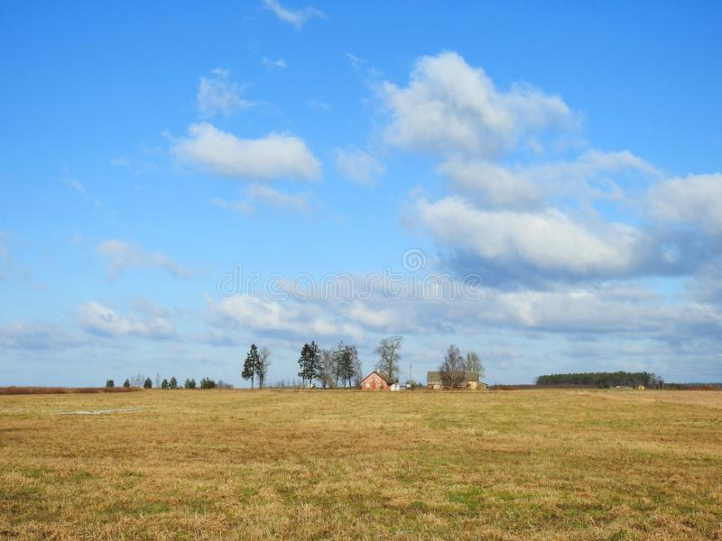 Trevligt fält, hemman och härlig molnig himmel, Litauen royaltyfria bilder