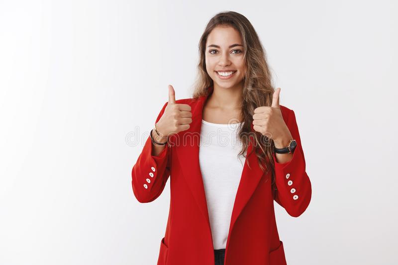 Trevligt jobb som göras väl, utmärkt Stolt snygg tillfredsställd kvinnlig entreprenör som visar tummar upp att le förtjust nöjt royaltyfria foton