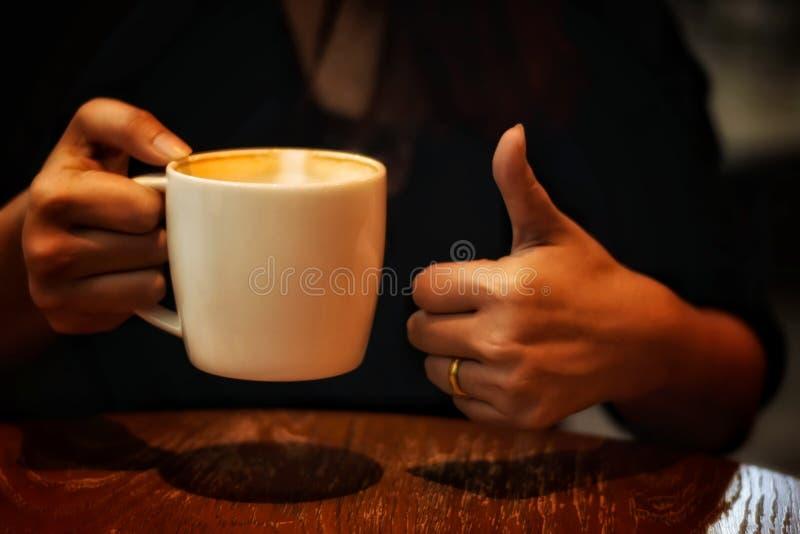 Trevligt koppkaffe i kvinnor räcker royaltyfria bilder