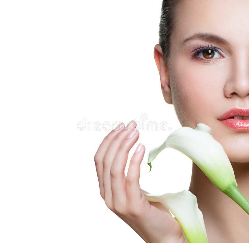 Trevligt kvinnaframsidaslut upp med isolerat på vit bakgrund Ansikts- behandling-, cosmetology-, skönhet-, skincare- och brunnsor royaltyfria bilder
