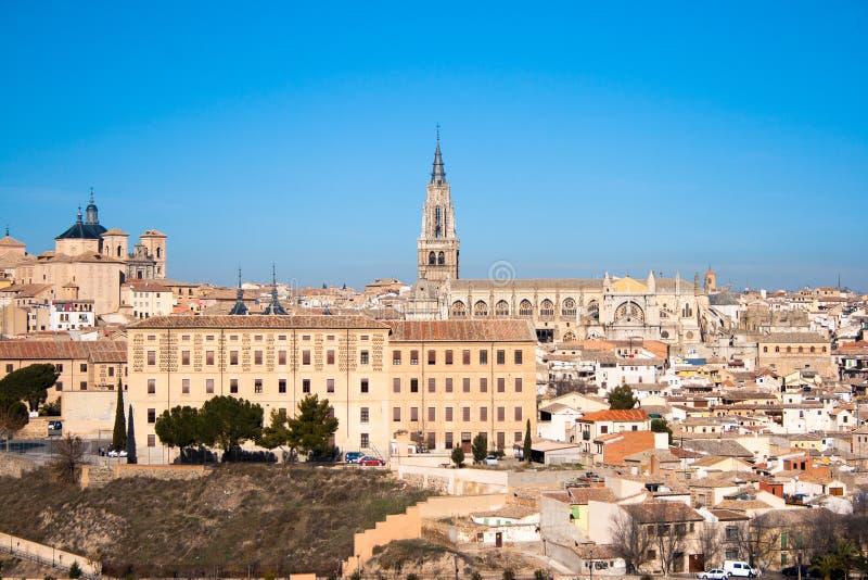 Trevligt landskap av staden av Toledo p? en solig dag med trevlig bl? himmel arkivbild