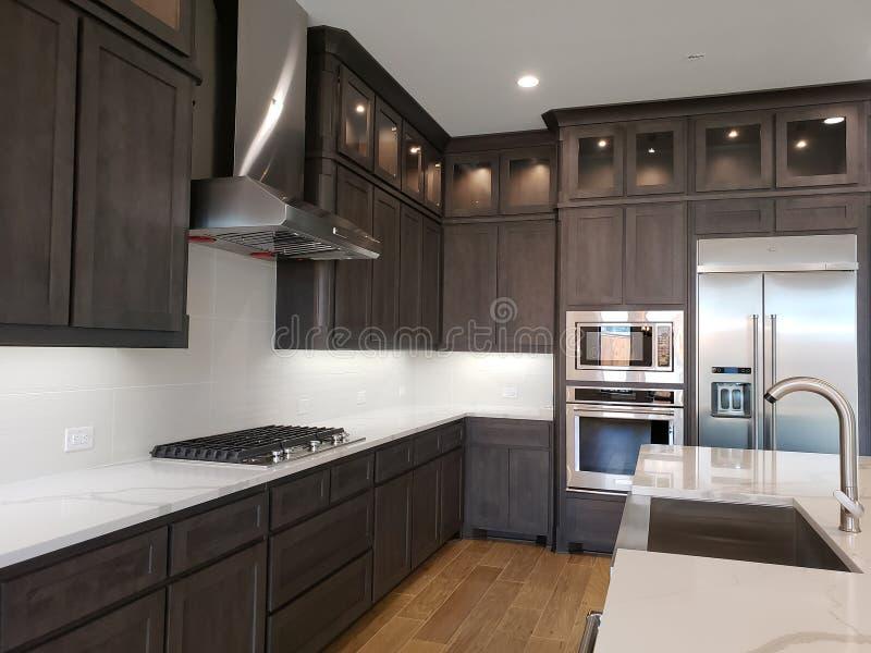 Trevligt modernt kök i ett nytt hus TX USA royaltyfria bilder