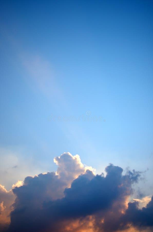 Trevligt moln i blåttsky royaltyfri bild