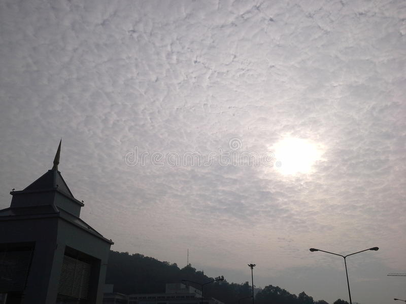 Trevligt moln i morgonen, Hadyai, Songkhla, Thailand royaltyfria bilder