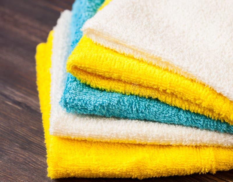 Trevligt vikta handdukar arkivbilder