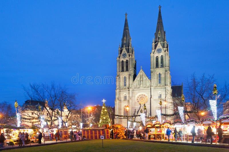 Trh de Vanocni, kostel SV Marché de Noël de Ludmily près d'église néogothique de St Ludmila, Vinohrady, Prague, voûte J Moqueur,  photo libre de droits