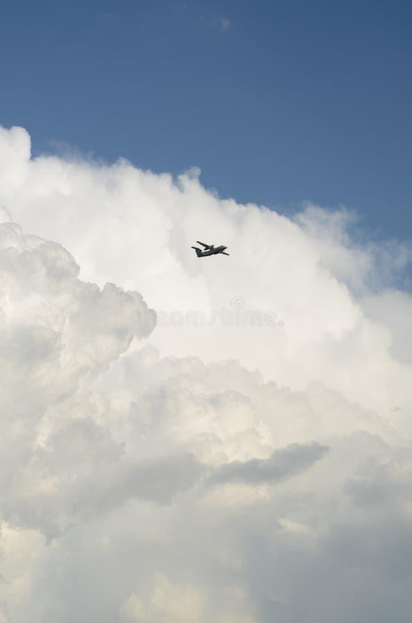 Trhough volante dell'æreo a reazione il cielo davanti ad una grande formazione della nuvola fotografie stock