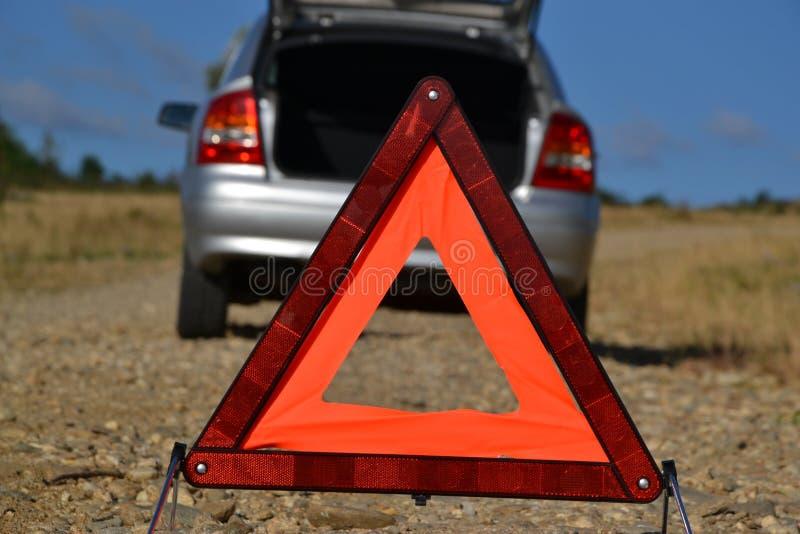 Triángulo amonestador lateral del camino detrás de un coche imágenes de archivo libres de regalías
