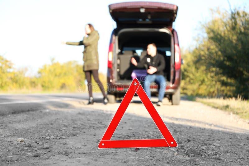Triángulo amonestador rojo en la carretera de asfalto foto de archivo libre de regalías
