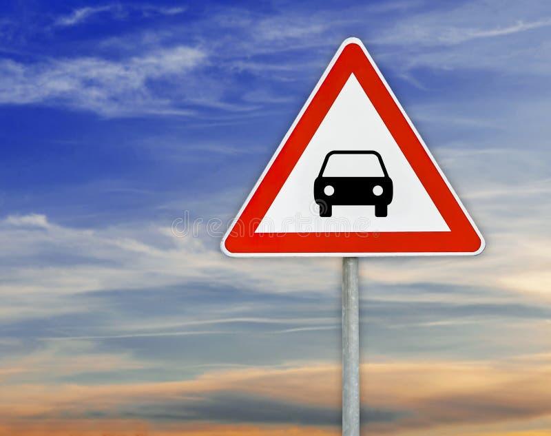 Triángulo en la atención del coche de la señal de tráfico de la barra con el cielo nublado foto de archivo libre de regalías