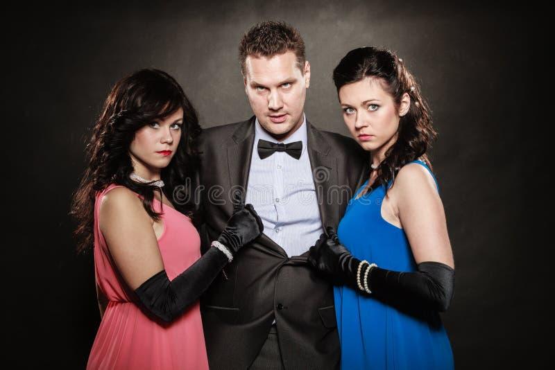 Triângulo amoroso Duas mulheres e um homem betrayal imagens de stock