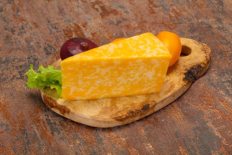Triângulo de mármore do queijo sobre de madeira imagem de stock royalty free