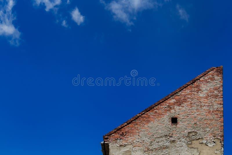 Triângulo e céu arquitetónicos foto de stock